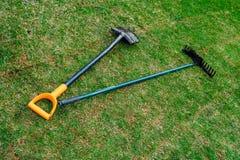 Ogrodniczki brudna łopata, świntuchy i kłamamy na świeżym staczającym się gazonie zdjęcia stock