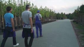 Ogrodniczki chodzą w ogródzie zbiory wideo