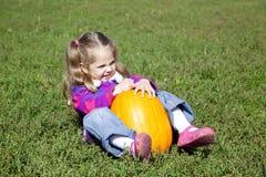 ogrodniczki dziewczyny trawy zieleni mała bania Zdjęcie Royalty Free