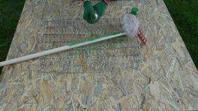 Ogrodniczki farba w zielonym nowym ogrodowego świntucha drewnianym kiju zdjęcie wideo