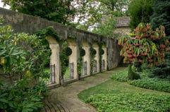 Ogrodowa ściana z Archways obraz royalty free