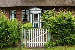 Ogrodowa brama i piękny stary drewniany dzwi wejściowy w zieleni i w Zdjęcia Stock