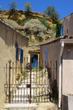 Ogrodowa brama między typowymi domami w małej górskiej wiosce, Zdjęcie Stock