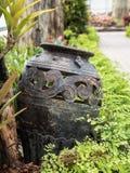 Ogrodowa dekoracja ceramicznym słojem, ceramiczny miotacz Fotografia Stock