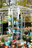 Ogrodowa domowa altana z garnkami i kwiatami Obrazy Royalty Free