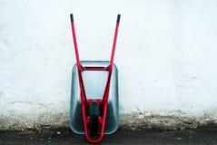 Ogrodowa fura z czerwonymi rękojeściami Obraz Royalty Free