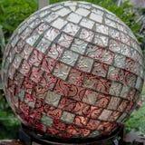 Ogrodowa kula ziemska z rewolucjonistką i srebro płytki na sferze obrazy stock