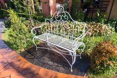 Ogrodowa metal ławka Obrazy Royalty Free