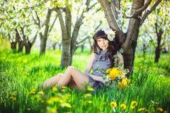 ogrodowa siedząca kobieta zdjęcie stock