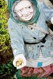 Ogrodowa statua stara kobieta z monetami w ręce Obrazy Stock