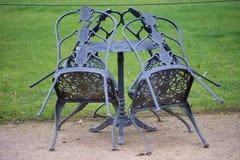 Ogrodowa stołu i krzesła ustalona osuszka w zimie Fotografia Royalty Free
