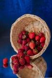 Ogrodowa truskawka spada na stole! zdjęcie stock