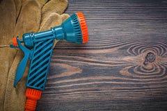 Ogrodowe kiści nozzle ochronne rękawiczki na rocznika drewnie wsiadają Gard Zdjęcia Stock