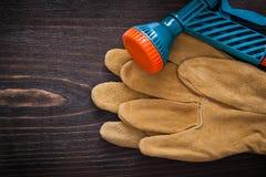 Ogrodowe krócicy i skóry zbawcze rękawiczki na drewnianym Obrazy Stock