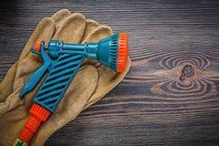 Ogrodowe pistoletowe ochronne rękawiczki na drewnianej deski rolnictwie conc Obrazy Stock