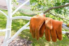 Ogrodowe pomarańczowe rękawiczki Zdjęcia Royalty Free