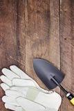 Ogrodowe rękawiczki i ręki kielnia Fotografia Stock