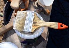 Ogrodowe rękawiczki, narzędzia, ogród, młot, gwóźdź, drewno, materiały, pracujący zawody, praca, młotkuje gwoździe, ogród praca,  Zdjęcia Royalty Free