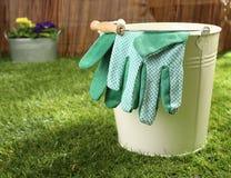 Ogrodowe rękawiczki na metalu wiadrze Fotografia Royalty Free