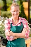 Ogrodowego centrum kobiety pracownika odzieży uśmiechnięty fartuch obrazy stock
