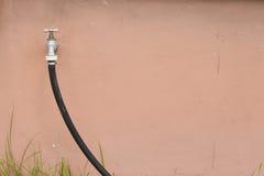 ogrodowego wąż elastyczny klepnięcie Obrazy Stock