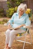 ogrodowej damy dojrzały czytanie Zdjęcia Royalty Free