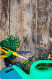 Ogrodowi narzędzia na drewnianym stole Obraz Stock