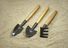 Ogrodowi narzędzia na piasku Zdjęcie Royalty Free