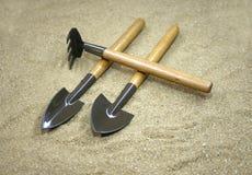 Ogrodowi narzędzia na piasku Fotografia Royalty Free