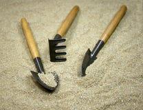 Ogrodowi narzędzia na piasku Obraz Stock