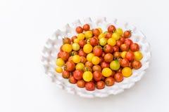 Ogrodowy żniwo żółci i czerwoni czereśniowi pomidory na białej tacy Zdjęcie Stock