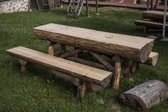 Ogrodowy drewniany stół i ławka zdjęcia stock