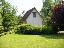 Ogrodowy gite obok rzecznego Ternoise Francja Zdjęcie Royalty Free