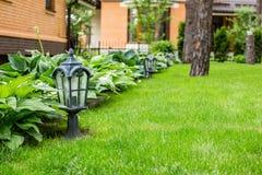 Ogrodowy lampion na zielonej trawie zdjęcia royalty free