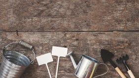 Ogrodowy narzędzie, łopata, świntuch, podlewanie puszka, wiadro, stół obrazy stock