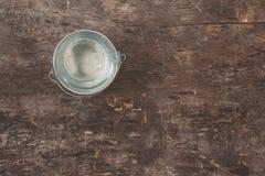 Ogrodowy narzędzie, wiadro na drewnianym starym brązu stole, zakończenie C Fotografia Stock