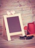 Ogrodowy narzędzie i czerwieni podlewania puszka Fotografia Royalty Free