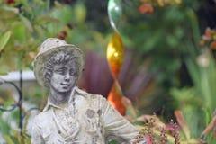 Ogrodowy ornament młoda chłopiec jest ubranym kapelusz fotografia stock