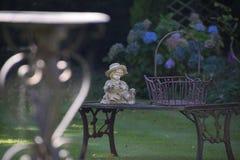 Ogrodowy ornamentu obsiadanie na ławce Zdjęcia Stock