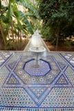 Ogrodowy podwórze z fontanną i mozaik płytkami w Marokańskim pałac obrazy royalty free