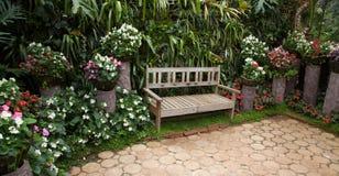 Ogrodowy projekt, kwiat, drzewna Drewniana ławka w miasto parku zdjęcie royalty free