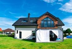 Ogrodowy widok nowożytny dom w lecie obraz royalty free
