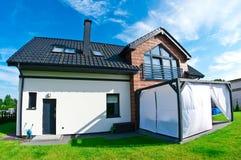 Ogrodowy widok nowożytny dom w lecie obraz stock