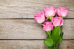 Ogrodowych menchii róż bukiet nad drewnianym stołem Fotografia Royalty Free