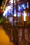 Ogrodzenia i zamazana noc zaświecają dekoracje bar na backg Fotografia Stock