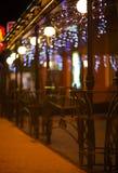 Ogrodzenia i zamazana noc zaświecają dekoracje bar na backg Zdjęcia Stock