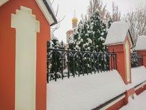 Ogrodzenie blisko parka Rosyjski Kościół Prawosławny Zima dzień, śniegów dryfy zdjęcia royalty free