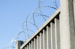 Ogrodzenie dla granicy z zbrojonym betonem fotografia stock