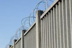 Ogrodzenie dla granicy z zbrojonym betonem zdjęcie stock