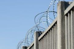 Ogrodzenie dla granicy z zbrojonym betonem zdjęcie royalty free